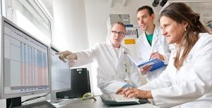 Die Heidelberger Krebsforscher Prof. Barabara Burwinkel, Dr. Harald Surowy und Dr. Andrey Turchinovich werten DNA-Sequenzen am Rechner aus. Foto: Universitätsklinikum Heidelberg.