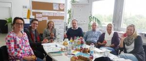 v. l. n. r.: Charlotte Camin (Lehrerin), Petra Evanschitzky (Projektsteuerung), Dr. Claudia Rehbeil (Referentin/Klimastiftung), Christian Ledig (Projektleiter und Vorstand der Klimastiftung), Carlo Geiger (Konrektor), Maike Harting (Lehrerin), Silja Hitzfeld (Lehrerin) Foto: Stadt Sinsheim
