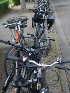 Fahrräder am Straßenrand
