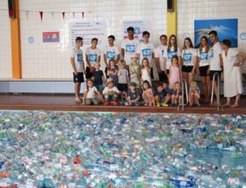Weinheim: Azubis füllen Schwimmerbecken im HaWei mit Plastikflaschen