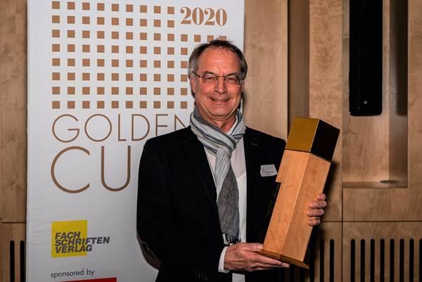 Den Award nahm Dietmar Spitz, Marketingleiter bei Baufritz, freudig entgegen. Foto: Baufritz