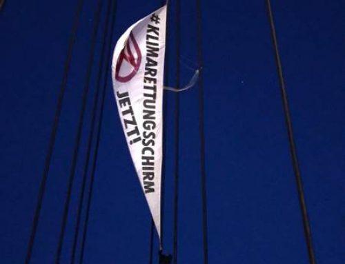 Mannheim: Klimaschützer hängen Banner am Collinisteg auf