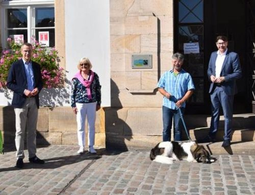 Stadt Landau mit neuem Schild am Rathaus als Fairtrade-Stadt ausgewiesen